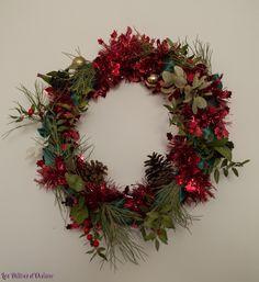 DIY pour fabriquer sa couronne de Noël de manière éthique et éco-responsable. A suspendre sur la porte d'entrée. Couronne de Noël fait main