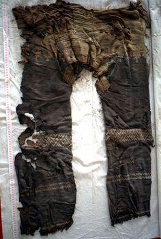 Un pantalon (Scythe ?) de 3000 ans découvert dans l'ouest de la Chine dans des tombes du cimetière de Yanghai près de Turfan.  https://www.google.fr/maps/place/Pr%C3%A9fecture+de+Tourfan,+Xinjiang,+Chine/@42.7582217,89.4481485,430m/data=!3m1!1e3!4m2!3m1!1s0x3803114dbc46e581:0x9aaebf31e7d9761c  http://www.dailymail.co.uk/sciencetech/article-2646359/Are-worlds-oldest-trousers-3-000-year-old-clothing-discovered-ancient-Chinese-tomb.html