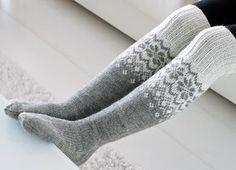 Life with Mari: Ylipolven villasukat Loom Knitting, Knitting Socks, Hand Knitting, Crochet Slippers, Knit Crochet, Woolen Socks, Fabric Yarn, Diy Clothing, Handmade Clothes