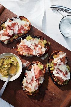 Inspired by classic pan con tomate, a Spanish dish of bread rubbed with fresh tomato, Food & Wine's Justin Chapple tops crunchy toasted bread with tangy grated tomatillos. To round the toast out, he also adds thin slices of prosciutto and shaved Manchego cheese. #appetizers #appetizerrecipes #appetizerideas #apps #entertaining Tomitillo Recipes, Entree Recipes, Brunch Recipes, Wine Recipes, Appetizer Recipes, Cooking Recipes, Roasted Salsa Verde Recipe, Manchego Cheese, Tummy Yummy