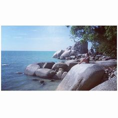 Keep your face always toward the sunshine and the shadows will fall behind you ☀️ #inlovewithsummer #sunshine #sunnyday #beach #ocean #greatview #stones #nature #beautifulworld #travel #travelgram #happy #penangisland #backpacking #wanderlust #malaysia #travel #tourism #travelgram #popular #trending #micefx