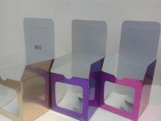Caja 1 pieza 10x10x10 en cartón holográfica en colores surtidos. #CajasParaRegalo #CentrosDeMesa #ManualidadesCali
