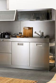 Hauska idea - astioiden kuivauskaapin ei tarvitse olla kuin yhden hyllyn korkuinen. Kompakti koko pakottaa myös astioiden kiertoon. Näin kuivauskaapista ei tule säilytystilaa astioille, joille ei ole muuta paikkaa, kuten usein aikojen saatossa käy. #kitchen #arclinea #madeinitaly