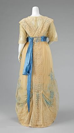 Charles Frederick Worth lace dinner dress from 1908-1910 by designer Jean-Philippe Worth for House of Worth.