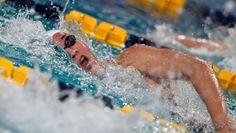 Aan deze foto zie je dat de Nederlandse zwemster aan het bewegen is. De manier waarop het water gefotografeerd is en de manier waarop haar gezicht eruit ziet zie je dat ze aan het bewegen is.