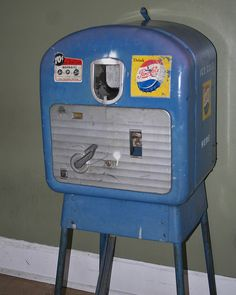 old Pepsi machine Soda Vending Machine, Vending Machines, Coke Machine, Coca Cola, Best Soda, Soda Machines, Vintage Soft, Packaging, Gumball