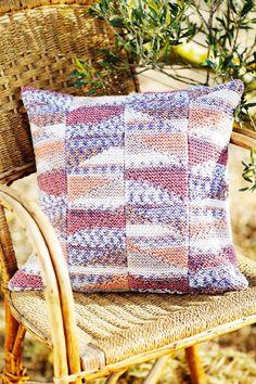 Tee hauskan värikkäät tyynyt hienolla kuviolla helposti kahdella ohjeella! Tee itsellesi tai lahjaksi. Throw Pillows, Blanket, Crochet, Toss Pillows, Cushions, Decorative Pillows, Ganchillo, Blankets, Decor Pillows