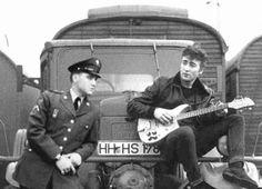 Montagem sobre um hipotético encontro entre Elvis e John em 1960 em Hamburgo