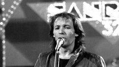 """Quando (purtroppo) tutti cantavano in playback a Sanremo Erano gli anni della finzione, della separazione tra la bella voce e la bella immagine: chi cantava non ci """"metteva la faccia"""", e chi invece era sul palco muoveva le labbra in un'imbarazzante sincron #sanremo #festival #anni80 #musica"""