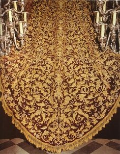 El manto de la virgen de la Amargura es una de los mejores que procesionan en la Semana Santa de Sevilla, es de terciopelo carmesí, bordado en oro por Juan Manuel Rodríguez Ojeda en el año1927.