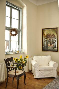 Casele de oaspeți din Cincșor. Sau cum transformi un sat (uitat) într un exemplu de turism autentic, sustenabil House Floor Plans, Couch, Flooring, Interior Design, Romania, Furniture, Beautiful, Decorating Ideas, Barn