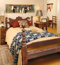 The Country Sampler stylists help an antiques dealer with a passion for primitives and Early American pieces awaken her recently renovated spare bedroom with 16 smart tips. Primitive Country Bedrooms, Country Primitive, Primitive Decor, Cozy Bedroom, Bedroom Decor, Table Farmhouse, Country Sampler Magazine, Colonial, Old Shutters