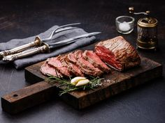 How to Cook Roast Beef in a Cast-Iron Roaster Carne Asada, Baked Pork Loin, Menu Simple, Sliced Roast Beef, Cooking Roast Beef, Meat Markets, Beef Tenderloin, Beef Stroganoff, Wine Recipes