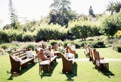 Mix de cadeiras e bancos na cerimônia ao ar livre   Gabi Chanas
