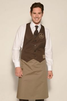 Bicoloured waistcoat apron in chocolate/taupe with fashionable waistcoat top and three-step adjustable halter in the neck. Work equipment can be hooked onto the loops or stored in the front hip pocket. Waiter Uniform, Men In Uniform, Chef Dress, Waitress Outfit, Hotel Uniform, Staff Uniforms, Apron Designs, Leather Apron, Uniform Design