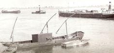 een met stukgoed geladen schip met langszij een leeg sleepschip Een zalmvisser van Jakob Schmitz uit Obermormter.  Foto: Kobes Angenvoort.