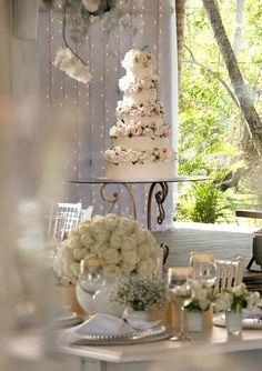 O mar azul e o verde da natureza fizeram parte do cenário deste casamentoem rosa e branco em Trancoso, Bahia.A cerimônia foi realizada na praia, de frent