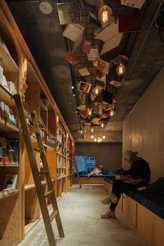 La longue bibliothèque occupe tout le mur dans cet hotel à Tokyo.