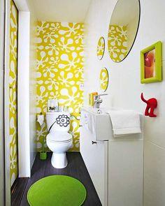 Un pequeño aseo de 3 m² decorado a todo color