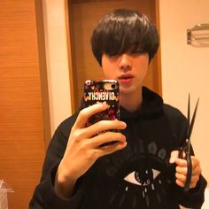 """""""thread of seokjin holding his phone for no other purposes except for memes to look at seokjin and hand kink enthusiasts i guess"""" Bts Jin, Bts Bangtan Boy, Bts Boys, Jin Gif, Seokjin, Bts Memes Hilarious, Bts Funny Videos, Mochila Do Bts, Foto Jimin"""