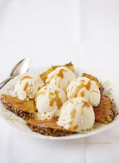 Toasted coconut ice cream with grilled pineapple & rum syrup Frozen Desserts, Frozen Treats, Just Desserts, Dessert Recipes, Sorbet Ice Cream, Coconut Ice Cream, Pineapple Syrup, Butterscotch Candy, Flan