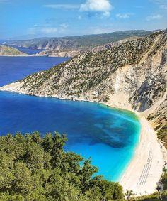 Myrthos Bay ou Myrthos Beach é a praia mais famosa da Ilha de Cefalônia, na Grécia. Localizada na costa leste do país ela é a maior das Ilhas Jônicas, arquipélago formado por cerca de 30 ilhas. Se vale a pena visitar? Veja tudo no blog!