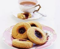 Simple jammy biscuits I also tried with half a marshmallow on top and they were so yummy! Bbc Good Food Recipes, Baking Recipes, Cookie Recipes, Baking Ideas, Drink Recipes, Dessert Recipes, Biscuit Cookies, Biscuit Recipe, Scotch Pancakes