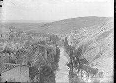 Vista de la ciudad de Cuenca atravesada por el río Huecar, con el puente de San Antón al fondo. http://aleph.csic.es/F?func=find-c&ccl_term=SYS%3D000088734&local_base=ARCHIVOS