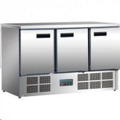 Mostrador frigorífico de tres puertas. Mostradores de almacenamiento frigoríficos con superficie de trabajo de acero inox. Capacidad hasta 9 cubetas GN 1/1 de 100 mm ( no incluidas ), compresor/condensador en la parte inferior para mayor ahorro de espacio, termostato totalmente automático, con display digital, auto-descongelación, sin CFC.