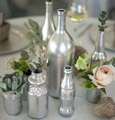 Récupération bouteilles ou bocaux peint en argent qui font office de vase...idéal comme décoration pour Noël.