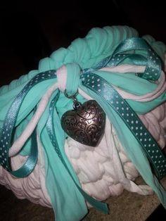 """un cestino bianco e color Tiffany, per il banco del negozio di una mia amica, per contenere la sua fantasia,  il ciondolo è  cuore anticato che rende questo """"contenitore"""" molto fashion.. il suo nome è x l'appunto """"Heart"""" Fettuccia in cotone bianca e lycra x il color Tiffany tutto a punto canestro e rifinito a punto gambero"""
