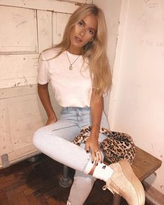 These jeans are my new fave but trying to get my leg up like this showed me that they have absolutely no stretch whatsoever😂😂😂👖💘👖🐶💡💙💙💙 Casual Outfits, Cute Outfits, Fashion Outfits, Casual Ootd, Sophia And Cinzia, Spring Summer Fashion, Spring Outfits, Going Out Outfits, Instagram Outfits
