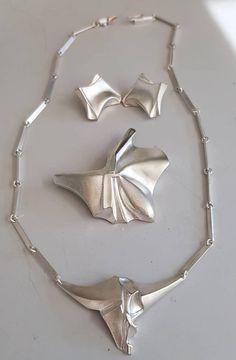 wundervolles Schmuckset Lapponia Finnland. hergestellt in den 90 igern(93,95 und96) Set besteht aus Orhrclips mini punk ( Neupreis allein 205 €) .Einem Collier und einer grossen Brosche(5,5 ×4,5 cm) Ohrclips sind ca. 2,5 x2 cm und das Collier hat eine Länge von 42 cm und einem