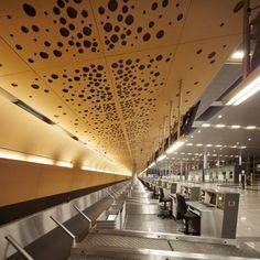 Conoce diferentes aplicaciones FORMICA: muro curvo perforado. Referencia Formica: Alpi Claro en acabado Legno.  Proyecto: Counters Aeropuerto El Dorado de Bogotá.