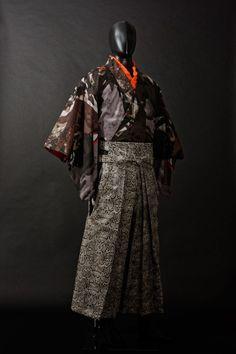 "Leather ""Japanese Dimension Drops"": Orochi Leather Men's Kimono Source by Kimono Japan, Japanese Kimono, Male Kimono, Men's Kimono, No Face Costume, Mens Evening Wear, Kimono Fashion, Fashion Outfits, Style Fashion"