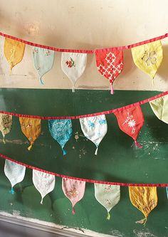 can do this with pices of old ties vintage sari bunting flags---I have lots of old vintage pieces of embroidery, lace, clothes that would make a fine bunting! Bunting Garland, Fabric Bunting, Bunting Banner, Bunting Ideas, Flag Banners, Sewing Hacks, Sewing Crafts, Sewing Projects, Sewing Tips