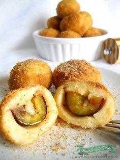 Aceasta Reteta de Gomboti cu Prune , sau Galuste cu prune, este diferita de reteta clasica pe care o cunoastem cu totii. In compozitia acestor Gomboti nu vom intalni cartofi. Aceasta reteta de Gomboti cu Prune are un aluat oparit ca cea de ecler si nu se intareste ca aluatul clasic dupa racire. Gombotii cu No Cook Desserts, Sweets Recipes, Cake Recipes, Cooking Recipes, Delicious Deserts, Yummy Food, Romanian Desserts, Romanian Recipes, Romania Food