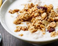 Bol de muesli et fromage blanc fait maison par My Slimming Coaching: www. Fresh Cheese Recipe, Cheese Recipes, Breakfast Time, Breakfast Recipes, Granola, I Foods, Healthy Life, Macaroni And Cheese, Clean Eating