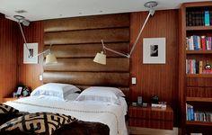 No projeto assinado pela arquiteta Zize Zink, a cama box possui um painel acolchoado de couro natural, de 2 x 2,60 m, que serve de cabeceira. O criado-mudo de nogueira-americana é chumbado na parede
