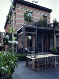 Terrasses en pierre grise, véranda, et terrasse à l'étage