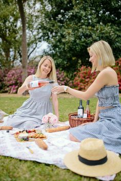 Picnic Photography, Friend Poses Photography, Wine Photography, Best Friends Shoot, Best Friend Pictures, Cute Friends, Picnic Photo Shoot, Picnic Pictures, Photographer Branding