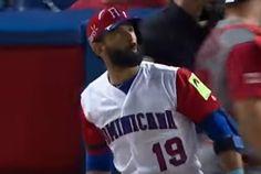 Un jugador de La Republica Dominicana mirra su pelota despues de un al bate