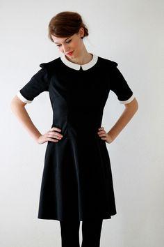Schwarzes kleid mit weissem bubikragen