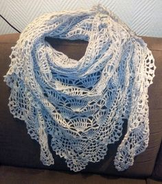 Shawl, not in English, but has a chart. Crochet Prayer Shawls, Crochet Shawls And Wraps, Crochet Cardigan, Knitted Shawls, Crochet Scarves, Crochet Clothes, Crochet Lace, Crochet Designs, Crochet Patterns