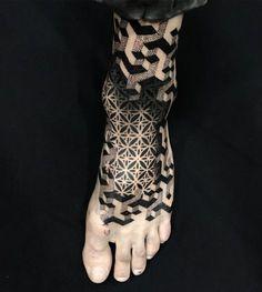 Tatuagem em pontilhismo criada por Ibrahim Barboza de Porto Alegre. Tatuagem no pé com sombra e efeito 3d.