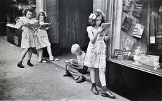 Ruth Orkin, The Comic Book Readers, 1947.