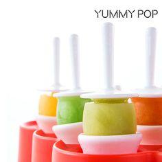 9,03€ Molde para Mini Helados Yummy Pop in vendita in offerta su TakkaT.eu - Sorprende a tu familia con los divertidos postres que harás con el molde para mini helados Yummy Pop. Deja volar tu imaginación y rellena los moldes de silicona con lo que más os guste, introduce el molde en el congelador y, tras una horas, los pequeños de la casa alucinarán con estos heladitos. www.yummypop.comDesmóldalos con el sistema «Pop» (presiona con el dedo hacia arriba la parte inferior del molde  hasta…