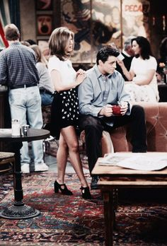 We've tracked down 30 outfits that prove Rachel Green from the TV show FRIENDS was our ultimate fashion muse. Friends Tv Show, Friends Mode, Tv: Friends, Serie Friends, Friends Cast, Friends Moments, Rachel Green Outfits, Style Rachel Green, Rachel Green Friends