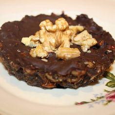 Nyttig och enkel! Kakan är bakad på dadlar, nötter, kokosolja, vaniljpulver och är helt vetemjöl. Ett täcke av smält mörk choklad. Ju högre kakaohalt desto hälsosammare – gärna över 70%. Tips:...
