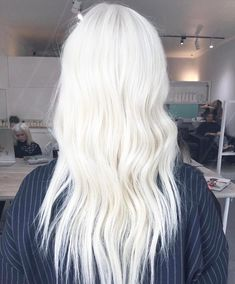 WHAT do your GOALS LOOK like? Color INSPIRATION? ✔️ This platinum is definitely goals. Here's how @hairbyimogenrose_vivalablonde achieved it: Wella Blondor + 30vol + Olaplex No.1 on the roots. Processed for an hour. Rinsed, then applied to the ends at the basin using Blondor + 20vol + #Olaplex No.1 for 10mins, then rinse. Toned with 10/81 Wella Colour Touch for roughly 5 mins. Finished with a 10 minute Olaplex treatment for strong, shiny and healthier locks.